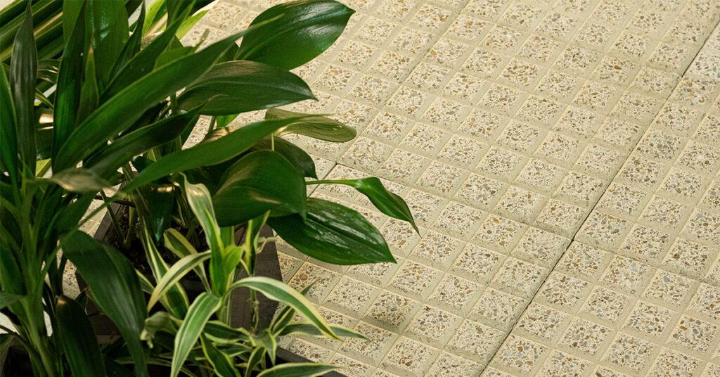 colocacion de baldosas de grano terrazo